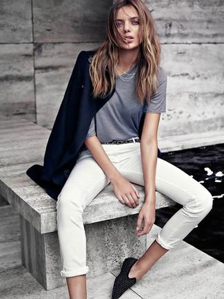 Cómo combinar: abrigo azul marino, camiseta con cuello circular gris, pantalón chino blanco, mocasín de ante con tachuelas negros