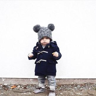 Cómo combinar: abrigo azul marino, vaqueros grises, botas safari grises, gorro gris