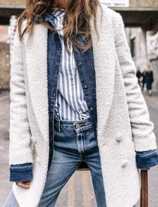Cómo combinar: abrigo blanco, chaqueta vaquera azul marino, camisa de vestir de rayas verticales en blanco y azul marino, vaqueros azul marino