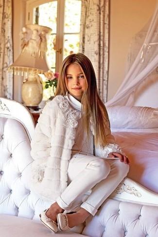 Cómo combinar: abrigo blanco, jersey blanco, pantalones blancos, bailarinas en beige