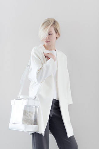 Cómo combinar: abrigo blanco, jersey con cuello circular blanco, pantalones anchos en gris oscuro, bolsa tote de goma transparente