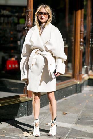 Cómo combinar: abrigo blanco, jersey de cuello alto blanco, botines de cuero con recorte blancos, gafas de sol marrónes