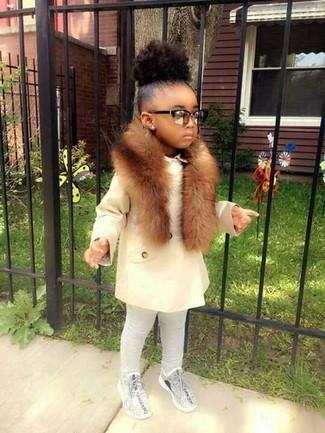 Cómo combinar: abrigo blanco, leggings grises, zapatillas grises, bufanda de pelo marrón