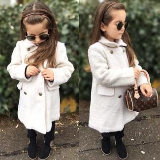 Cómo combinar: abrigo blanco, pantalones negros, botas negras