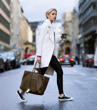 Cómo combinar: abrigo blanco, pantalones pitillo negros, tenis de lona en negro y blanco, bolsa tote de cuero verde oliva