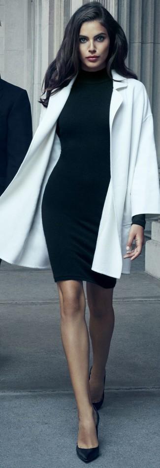Cómo combinar un abrigo blanco: Usa un abrigo blanco y un vestido ajustado negro para una apariencia fácil de vestir para todos los días. Zapatos de tacón de cuero negros son una opción práctica para completar este atuendo.