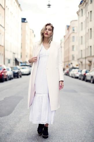 Cómo combinar un vestido campesino blanco: Haz de un vestido campesino blanco y un abrigo blanco tu atuendo y te verás como todo un bombón. ¿Quieres elegir un zapato informal? Completa tu atuendo con zapatos derby de ante negros para el día.