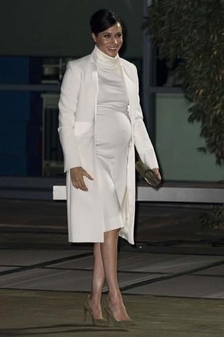 Cómo combinar: abrigo blanco, vestido jersey blanco, zapatos de tacón de ante verde oliva, cartera sobre de ante verde oliva