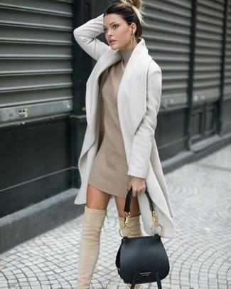 Cómo combinar: abrigo blanco, vestido jersey de punto en beige, botas sobre la rodilla de ante en beige, bolso de hombre de cuero negro