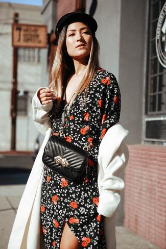 Cómo combinar: abrigo blanco, vestido largo con print de flores negro, bolso bandolera de cuero acolchado negro, gorra inglesa de lana negra