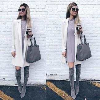 Cómo combinar: abrigo blanco, vestido recto gris, botas sobre la rodilla de ante grises, bolsa tote de cuero gris