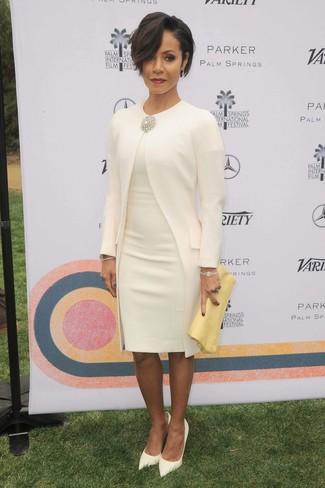 Look de Jada Pinkett Smith: Abrigo blanco, Vestido tubo blanco, Zapatos de tacón de cuero blancos, Cartera sobre de cuero amarilla