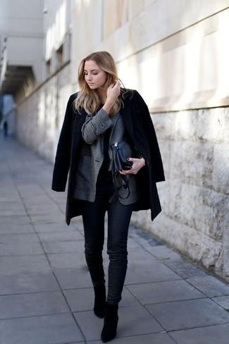 Cómo combinar: abrigo negro, blazer de cuadro vichy en gris oscuro, camiseta con cuello circular negra, vaqueros pitillo negros