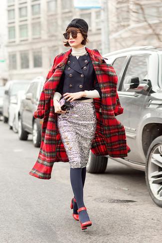 Cómo combinar: abrigo de tartán rojo, blazer cruzado azul marino, jersey de cuello alto en beige, falda lápiz de lentejuelas plateada