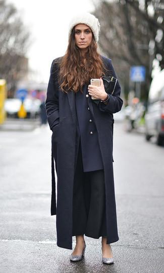 Cómo combinar: abrigo negro, blazer cruzado azul marino, pantalón de campana negro, zapatos de tacón de lentejuelas plateados