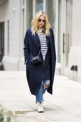 Cómo combinar: abrigo azul marino, blazer de rayas verticales negro, jersey con cuello circular de rayas horizontales en blanco y negro, vaqueros desgastados azules