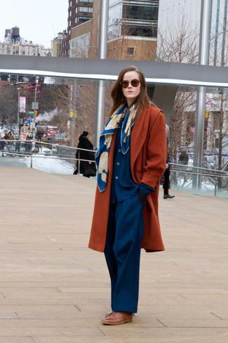 Considera ponerse un abrigo tabaco y un pantalón de vestir azul para lograr un look de vestir pero no muy formal. Zapatos oxford de cuero marrónes son una opción práctica para completar este atuendo.