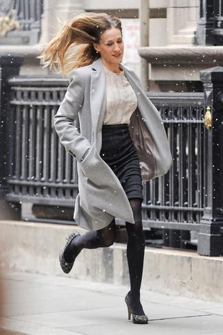 Moda para mujeres de 40 años en clima frío: Opta por un abrigo gris y una falda lápiz negra para el after office. Zapatos de tacón de ante de leopardo grises son una opción muy buena para complementar tu atuendo.