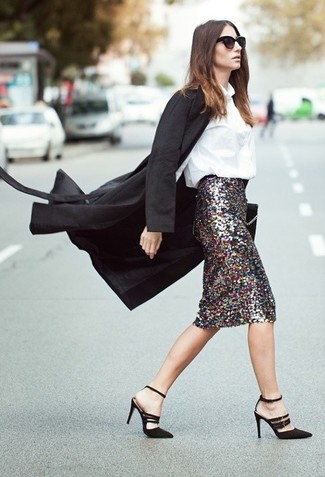 Cómo combinar: abrigo negro, blusa de botones blanca, falda lápiz de lentejuelas plateada, sandalias de tacón de ante negras
