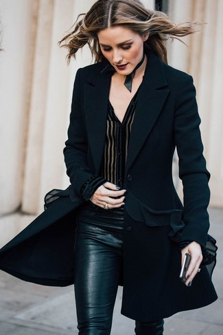 Look de Olivia Palermo: Abrigo negro, Blusa de botones de gasa negra, Pantalones pitillo negros, Gargantilla de cuero negra