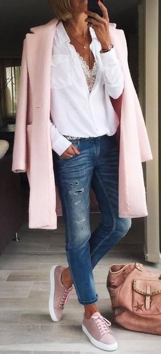 Cómo combinar: abrigo rosado, blusa de botones blanca, top corto de encaje blanco, vaqueros desgastados azul marino