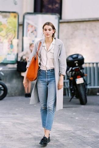 Cómo combinar: abrigo gris, blusa de botones de seda blanca, vaqueros azules, mocasín con borlas de cuero negro