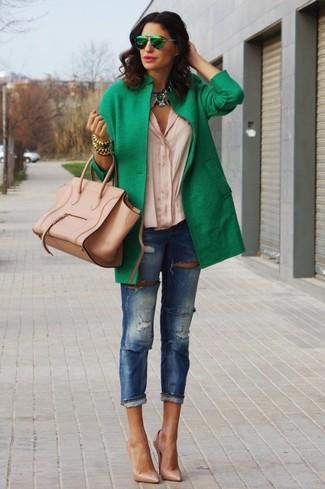 Cómo combinar: abrigo verde, blusa de botones en beige, vaqueros pitillo desgastados azules, zapatos de tacón de cuero marrón claro