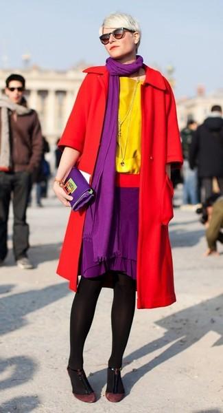 Cómo combinar: abrigo rojo, blusa de manga corta amarilla, falda lápiz morado, zapatos de tacón de ante burdeos