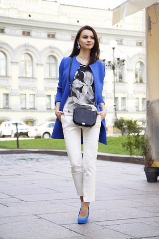 Cómo combinar: abrigo azul, blusa de manga corta con print de flores en negro y blanco, pantalones pitillo blancos, zapatos de tacón de ante azules