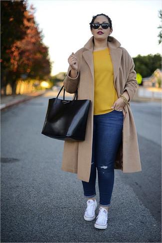 Cómo combinar una pulsera dorada: Equípate un abrigo marrón claro con una pulsera dorada transmitirán una vibra libre y relajada. Tenis de lona blancos son una opción inigualable para completar este atuendo.