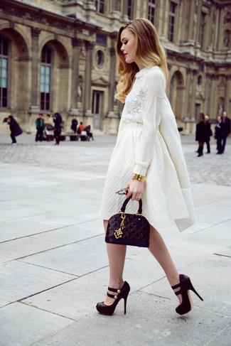 Cómo combinar: abrigo blanco, blusa de manga larga de encaje blanca, falda campana blanca, zapatos de tacón de ante gruesos negros