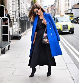 Cómo combinar: abrigo azul, blusa de manga larga negra, falda larga plisada negra, botines de elástico negros