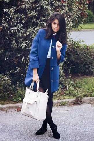 Cómo combinar: abrigo azul, blusa de manga larga celeste, minifalda negra, bailarinas de ante negras