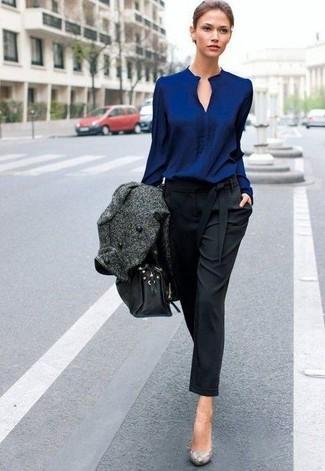 Cómo combinar: abrigo en gris oscuro, blusa de manga larga azul marino, pantalón de pinzas negro, zapatos de tacón de cuero con print de serpiente grises