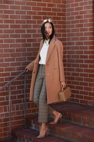 Cómo combinar una cartera sobre de cuero marrón: Empareja un abrigo marrón claro con una cartera sobre de cuero marrón para un look agradable de fin de semana. Zapatos de tacón de ante marrónes son una opción muy buena para complementar tu atuendo.