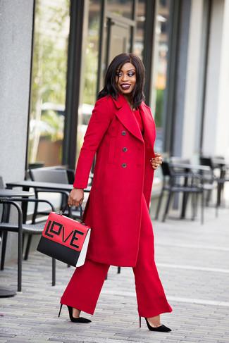 Cómo combinar: abrigo rojo, blusa de manga larga roja, pantalones anchos rojos, zapatos de tacón de ante negros