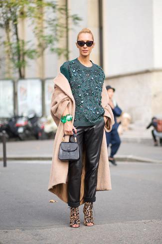 Cómo combinar: abrigo marrón claro, blusa de manga larga bordada en verde azulado, pantalones de pijama de cuero negros, sandalias de tacón de cuero de leopardo marrónes