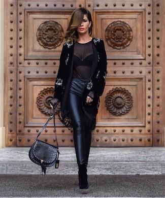 Cómo combinar: abrigo de terciopelo con adornos negro, blusa de manga larga de gasa negra, pantalones pitillo de cuero negros, botines de ante negros