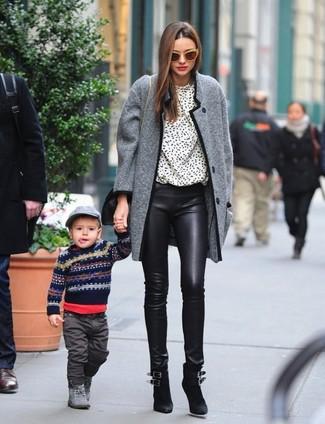 Cómo combinar: abrigo de tweed gris, blusa de manga larga estampada en blanco y negro, pantalones pitillo de cuero negros, botines de ante negros