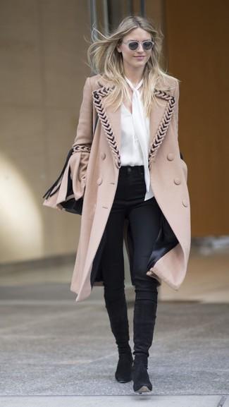 Look de moda: Abrigo marrón claro, Blusa de manga larga de seda blanca, Pantalones pitillo negros, Botas de caña alta de ante negras