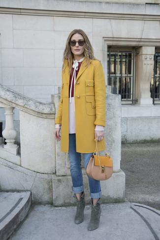 Cómo combinar: abrigo mostaza, blusa de manga larga burdeos, vaqueros azules, botines de ante verde oscuro