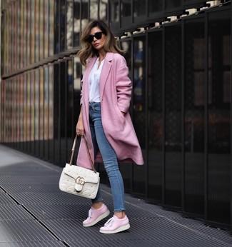 Cómo combinar: abrigo rosado, blusa de manga larga blanca, vaqueros pitillo azules, tenis de cuero rosados