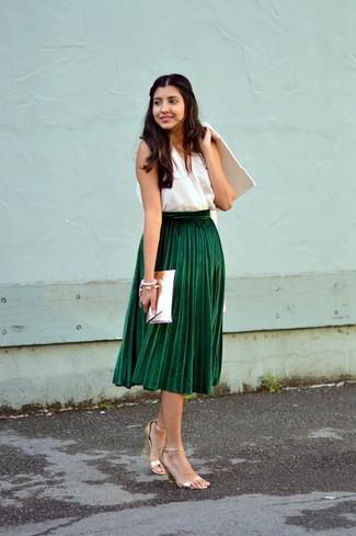 Cómo combinar: abrigo blanco, blusa sin mangas blanca, falda midi plisada verde oscuro, sandalias de tacón de cuero doradas