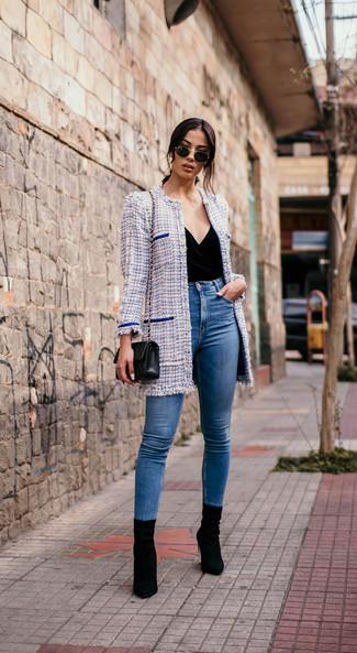 Cómo combinar: abrigo de tweed celeste, blusa sin mangas de terciopelo negra, vaqueros pitillo azules, botines de ante negros