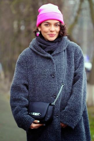 Cómo combinar: abrigo en gris oscuro, bolso bandolera de cuero negro, gorro rosa, bufanda en gris oscuro