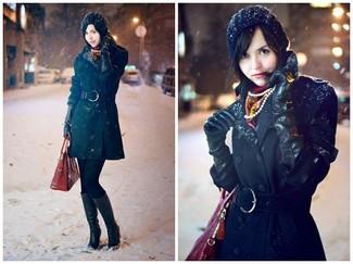 Considera ponerse un abrigo negro para crear un estilo informal elegante. Botas de caña alta de cuero negras añadirán un nuevo toque a un estilo que de lo contrario es clásico.