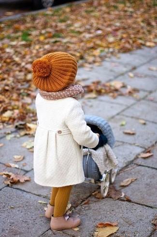 Cómo combinar: abrigo blanco, botas en beige, gorro naranja, bufanda en beige