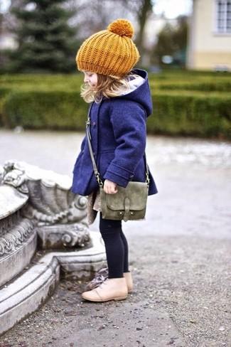 Cómo combinar: abrigo azul marino, botas safari en beige, bolso verde oliva, boina mostaza
