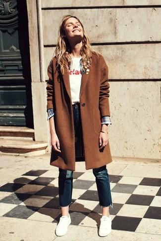 Cómo combinar: abrigo marrón, camisa de vestir de tartán en multicolor, camiseta con cuello circular estampada blanca, vaqueros azul marino