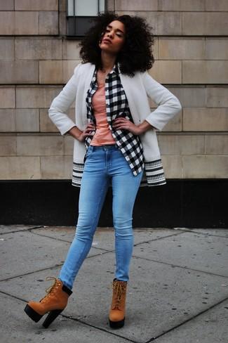 Cómo combinar: abrigo en blanco y negro, camisa de vestir a cuadros en blanco y negro, camiseta sin manga rosada, vaqueros pitillo azules